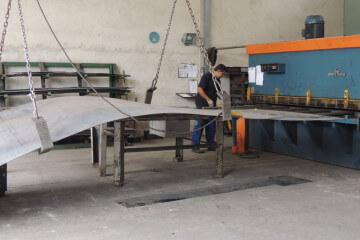 Imagem do corte da chapa de aço na máquina de corte a frio.