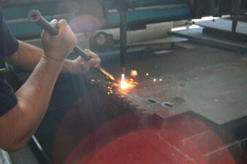 Imagem da técnica do corte a laser em chapas de aço.