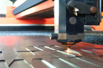 Foto do corte a laser e corte laser funcionando.