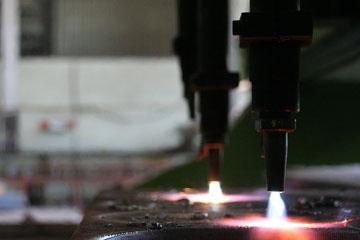 Foto do oxicorte realizando o corte de chapas de aço.